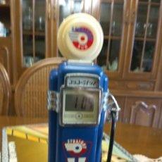 Despertadores antiguos: RELOJ GASOLINERA CON ILUMINACIÓN 21 CMS ALTO. Lote 120058524