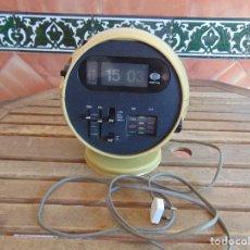 Despertadores antiguos: RADIO RELOJ DESPERTADOR NUMEROS VOLCABLES MARCA GRAND STAR REDONDO . Lote 130732224