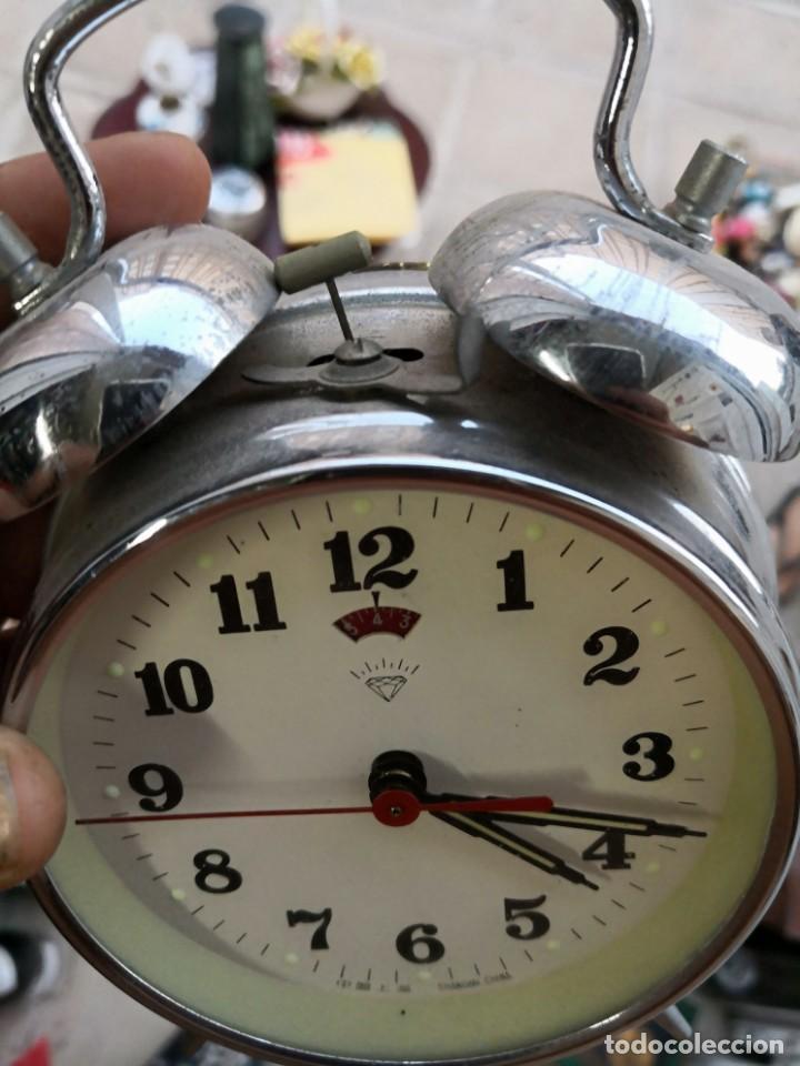 RELOJ DESPERTADO A CUERDA HECHO EN SHANGHAI CHINA. AÑOS 60. FUNCIONANDO (Relojes - Relojes Despertadores)