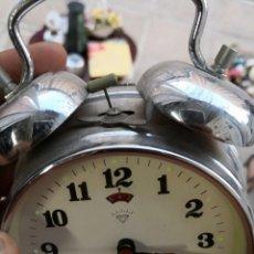 Despertadores antiguos: RELOJ DESPERTADO A CUERDA HECHO EN SHANGHAI CHINA. AÑOS 60. FUNCIONANDO. Lote 134132150