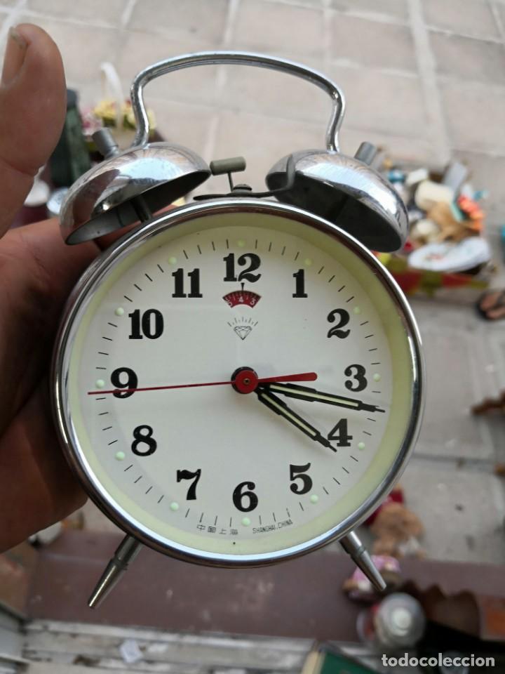 Despertadores antiguos: RELOJ DESPERTADO A CUERDA HECHO EN SHANGHAI CHINA. AÑOS 60. FUNCIONANDO - Foto 4 - 134132150