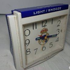 Despertadores antiguos: RELOJ DESPERTADOR OFICIAL REAL MADRID LIGHT SNOOZE FUNCIONANDO PERFECTAMENTE. Lote 137171292