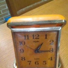 Despertadores antiguos: RELOJ DESPERTADOR PLEGABLE DE CARGA MANUAL CON ALARMA MARCA RHYTHM . COLOR NARANJA. FUNCIONA. Lote 142196830