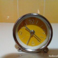 Despertadores antiguos: PEQUEÑO Y BONITO RELOJ CON ALARMA. Lote 143010358