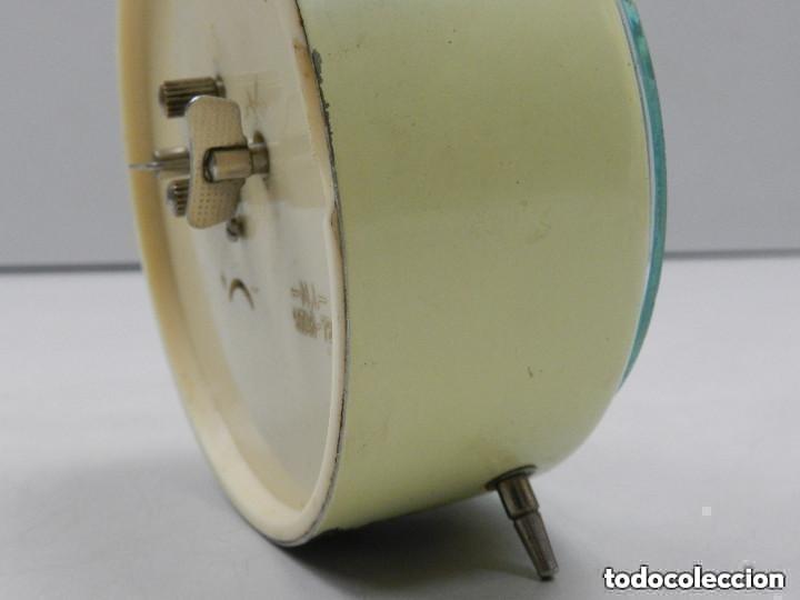 Despertadores antiguos: RELOJ DESPERTADOR AÑOS 70.BUENA PIEZA DE DECORACIÓN - Foto 11 - 156557002