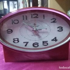 Despertadores antiguos: RELOJ VINTAGE ROJO FABRICADO EN JAPÓN MEDIDAS 19X14 CM.. Lote 158209210