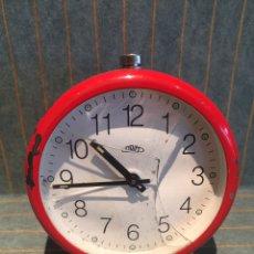 Despertadores antiguos: RELOJ DESPERTADOR ROJO PRIM. Lote 169457042
