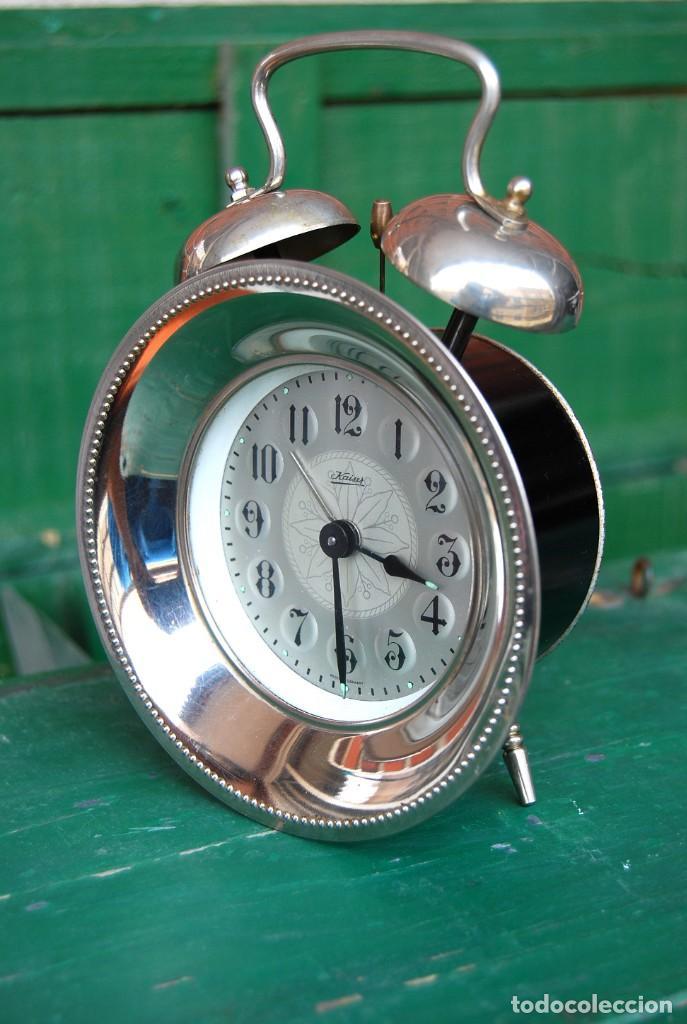 PRECIOSO RELOJ DESPERTADOR DE CUERDA. METAL PLATEADO. KAISER . ALEMANIA. CIRCA 1960 FUNCIONA (Relojes - Relojes Despertadores)