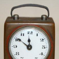 Despertadores antiguos: RELOJ DESPERTADOR DE VIAJE DE MANUFACTURA ALEMANA. APROXIMADAMENTE 1900. Lote 172671442