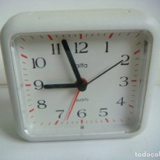 Despertadores antiguos: RELOJ DESPERTADOR MARCA ALFA DE PILAS FUNCIONANDO COLOR BLANCO. Lote 174033745