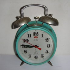 Despertadores antiguos: RELOJ DESPERTADO CON CAMPANA. COLOR TURQUESA.. Lote 180967797
