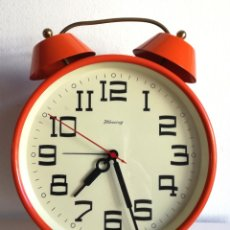 Despertadores antiguos: GRAN DESPERTADOR RELOJ VINTAGE A CUERDA MADE IN WEST GERMANY BLESSING COLOR NARANJA FUNCIONA 21 CM. Lote 182265030