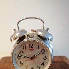 Despertadores antiguos: RELOJ DESPERTADOR SIN MARCA, MADE IN CHINA CARGA MANUAL MEDIDAS15 X12,5 CM. Lote 185922503