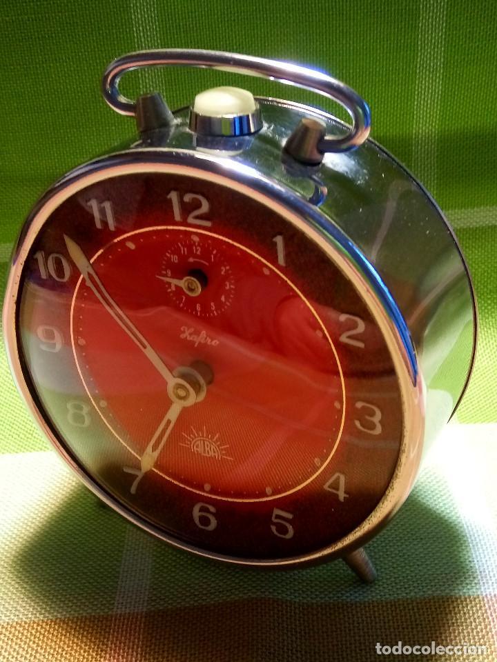 Despertadores antiguos: RELOJ DESPERTADOR. AÑOS 70. FUNCIONANDO TODO. ZAFIRO. EXCELENTE CROMADO. DESCRIPCION Y FOTOS. - Foto 2 - 191330483