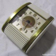 Despertadores antiguos: RELOJ DESPERTADOR DE VIAJE CON CORTINILLA WESTCLOX FUNCIONANDO. Lote 197588930