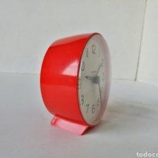 Despertadores antiguos: RELOJ DESPERTADOR SOBREMESA REDONDO IMPERIA // ROJO VINTAGE RETRO AÑOS 70. Lote 199472405