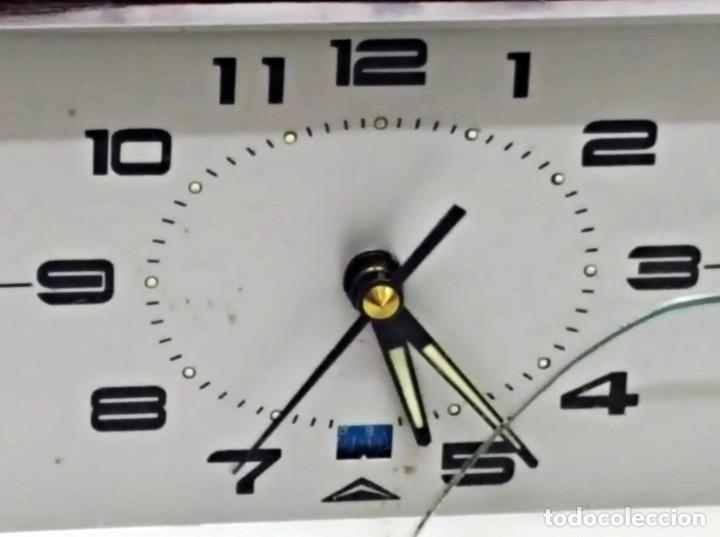 Despertadores antiguos: Antiguo Despertador, con Calendario. Cuerda - Foto 3 - 212579773