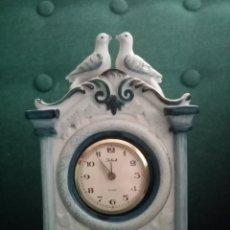 Despertadores antiguos: HERMOSO RELOJ_MECANICO Y DESPERTADOR_DE CUERDA. PORCELANA EN TONOS AZULES Y DETALLES DORADOS.. Lote 212892048