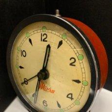 Despertadores antiguos: CURIOSO DESPERTADOR MICRO DE DISEÑO VINTAGE. EL RELOJ FUNCIONA . MIDE UNOS 10,5CMS DE ALTURA. Lote 222543228