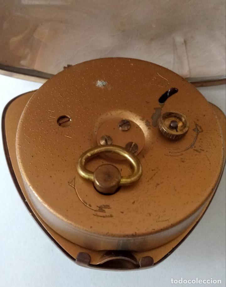 Despertadores antiguos: Reloj despertador plegable de viaje B.W. 2 Jewels. Japan. Averiado. Raro en forma de concha. - Foto 3 - 236879610