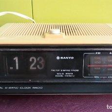 Despertadores antiguos: RADIO DESPERTADOR VINTAGE BLANCO SANYO AM FM 2 BAND MODEL AM 5010 AÑOS 70. Lote 237580070