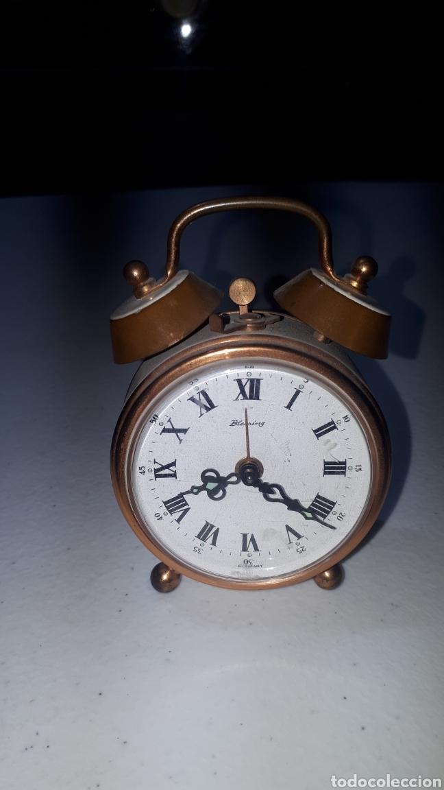 PEQUEÑO RELOJ DESPERTADOR EN LATON Y ESMALTE BLANCO MARCA BLESSING LEER DESCRIPCIÓN (Relojes - Relojes Despertadores)