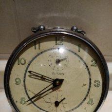 Despertadores antigos: RELOJ DESPERTADOR TITAN A CUERDA. Lote 254498470