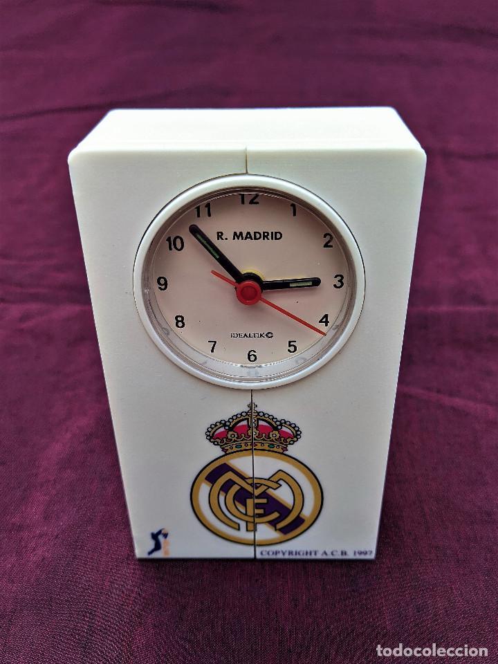 Despertadores antiguos: RELOJ DESPERTADOR OFICIAL REAL MADRID A.C.B. 1997 (CANTA EL HIMNO AL SONAR) - Foto 2 - 256147050