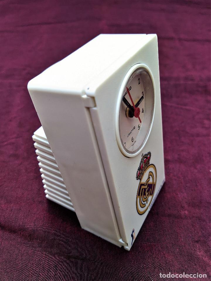 Despertadores antiguos: RELOJ DESPERTADOR OFICIAL REAL MADRID A.C.B. 1997 (CANTA EL HIMNO AL SONAR) - Foto 3 - 256147050