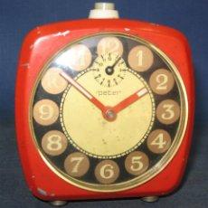 Despertadores antiguos: RELOJ DESPERTADOR PETER DE SOBREMESA CUADRANGULAR ROJO ANARANJADO, AÑOS 80. TAL CUAL. Lote 257405260