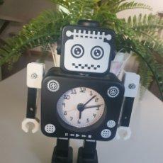Despertadores antiguos: RELOJ DESPERTADOR ROBOT MARCA DAKOTA. Lote 263581505