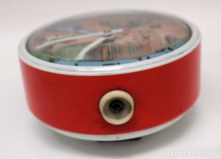 Despertadores antiguos: Reloj despertador PETER. AÑOS 60 -Made in Germany. El Caballo pequeño se mueve.... - Foto 9 - 264326600