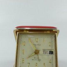 Réveils anciens: VINTAGE RELOJ DESPERTADOR CON CALENDARIO DE VIAJE TOKYO CLOCK 2 JEWELS. Lote 265130314