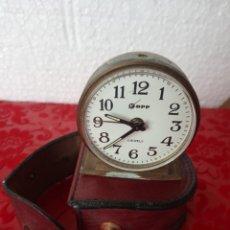 Despertadores antiguos: ANTIGUO PEQUEÑO DESPERTADO GERMANY KOPP 2 JEWELS CON SU FUNDA. Lote 271575843