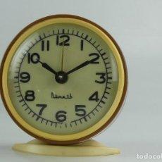 Despertadores antigos: RELOJ DESPERTADOR URRS AÑOS 70 RETRO VINTAGE CARGA MANUAL. Lote 275520038