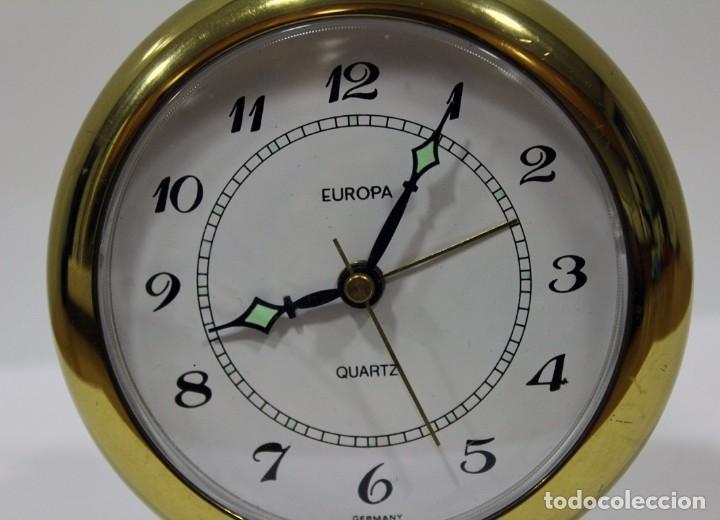 Despertadores antiguos: Reloj despertador EUROPA QUARTZ. BRONCE. GERMANY. RARO. FUNCIONANDO. - Foto 5 - 276620188