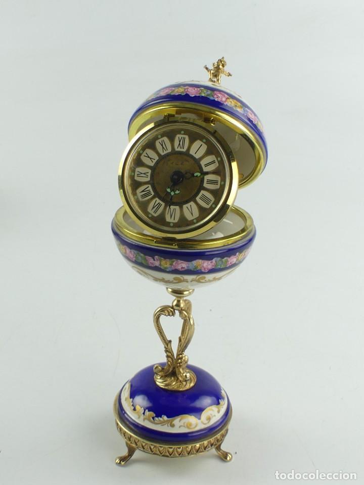 RELOJ DESPERTADOR CON SOPORTE EN PORCELANA Y METAL DORADO. MARCA ACL ALEMANIA (Relojes - Relojes Despertadores)