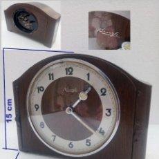 Despertadores antiguos: DESPERTADOR DE MADERA EN MODELO DE RELOJ DE SOBREMESA, MARCA KIENZLE.. Lote 288678553