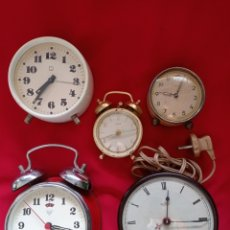Despertadores antiguos: LOTE DE CINCO ANTIGUOS RELOJES. Lote 294860708