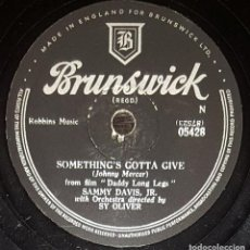 Discos de pizarra: DISCOS 78 RPM - SAMMY DAVIS JR - ORQUESTA - RAT PACK - SOMETHING´S GOTTA GIVE - PIZARRA. Lote 133897306