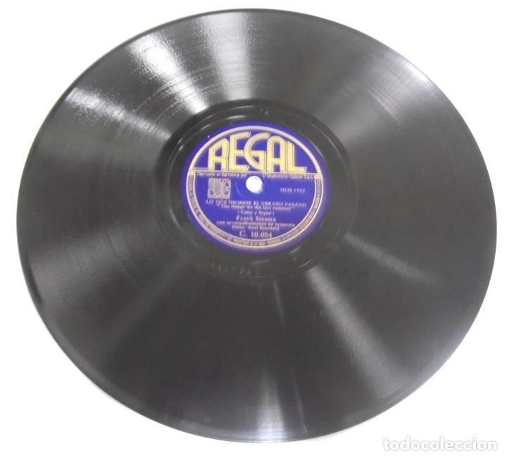 DISCO DE PIZARRA. REGAL. C 10054. CITA EN LA NOCHE / LO QUE HICIMOS EL VERANO PASADO. (Música - Discos - Pizarra - Otros estilos)