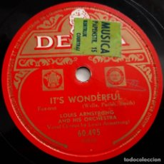 Discos de pizarra: LOUIS ARMSTRONG AND HIS ORCHESTRA, IT'S WONDERFUL, ON THE SENTIMENTAL SIDE, DECCA 60495, 10 PULGADAS. Lote 178575673