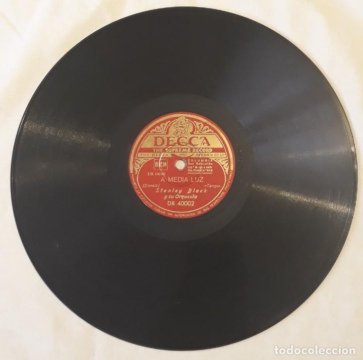 Discos de pizarra: Pizarra. 78 rpm. Decca. Nº cat: DR 40002. STANLEY BLACK Y SU ORQUESTA. A media luz / Condeña - Foto 4 - 277149818