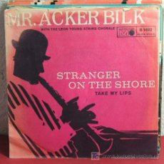 Discos de vinilo: MR. ACKER BILK WITH THE LEON YOUNG STRING CHORALE (STRANGER ON THE SHORE - TAKE MY LIPS) SINGLE45. Lote 7319538