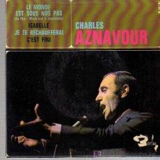 Discos de vinilo: SINGLE - CHARLES AZNAVOUR - LE MONDE EST SOUS NOS PAS.... Lote 19870900