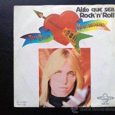 Discos de vinilo: TOM PETTY - ALGO QUE SEA ROCK'N'ROLL - SINGLE ESPAÑOL ORIGINAL. Lote 26755246