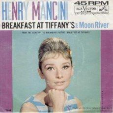 Discos de vinilo: HENRY MANCINI - BREAKFAST AT TIFFANYS - PORTADA AUDREY HEPBURN - SG USA - VG+ / VG+. Lote 33090982