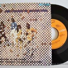 Discos de vinilo: THE FRIENDS OF DISTINCTION - GRAZING IN THE GRASS/HELP YOURSELF (RCA SINGLE 1969) ESPAÑA. Lote 33330658