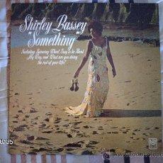 Discos de vinilo: SHIRLEY BASSEY SOMETHING . Lote 33575145