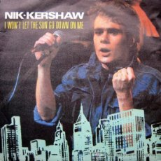 Discos de vinilo: NIK KERSHAW. I WON´T THHE SUN GO DOWN ON ME/DARK GLASSES. SINGLE 1983 MCA RECORDS. Lote 34856489